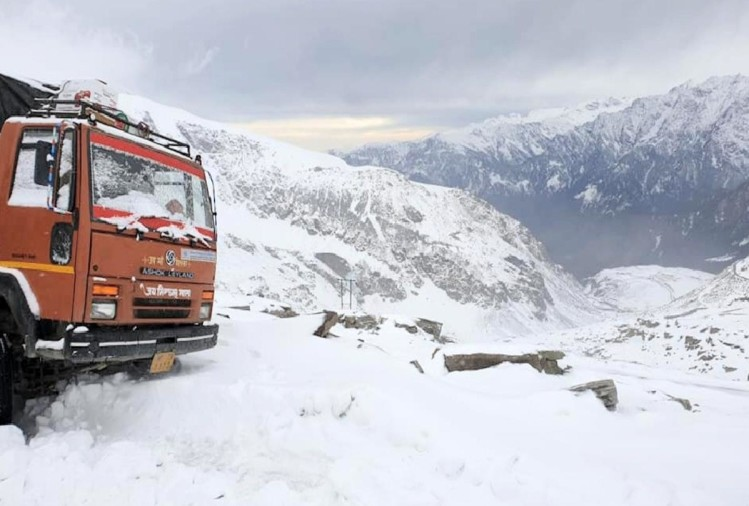 due to snowfall vehicular movement on Rohtang Pass officially closed for six months