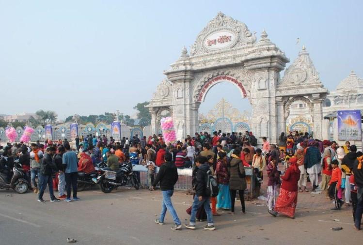 प्रेम मंदिर पर उमड़ी भक्तों की भीड़(File Photo)