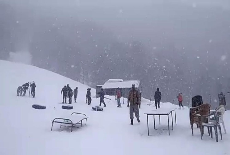 Fresh Snowfall in Auli and Uttarakhand Hilly Area Tourist Enjoy See Visuals