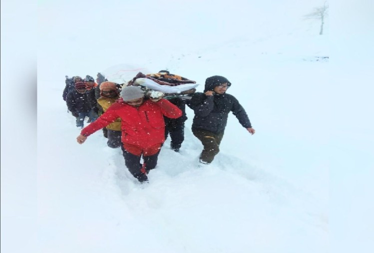 Sick police personnel took to Rohtang tunnel on stretcher for six km in four feet of snow