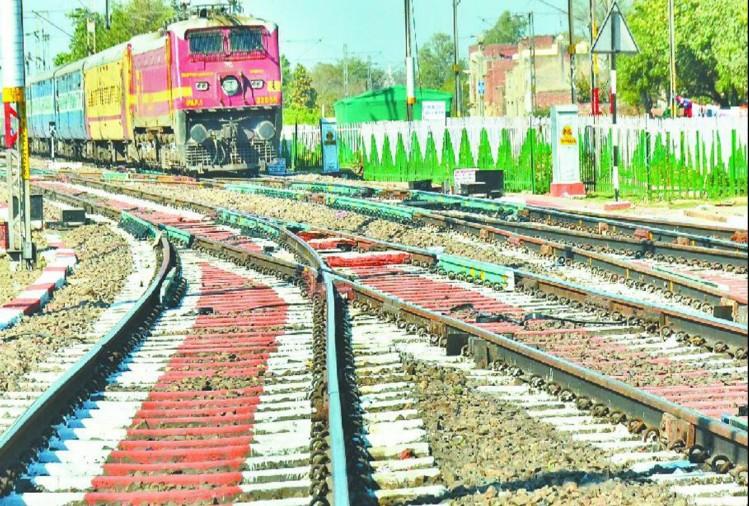कोरोना वायरस के संक्रमण के बढ़ते खतरे को देखते हुए रेलवे द्वारा ट्रेनों में आइसोलेशन वार्ड बनाए जाने के क्रम में देहरादून से भी 12 कोच को लखनऊ के आलमबाग स्टेशन भेजा गया है।