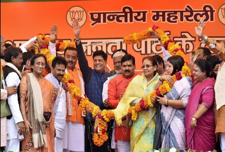 रेलमंत्री पीयूष गोयल के समक्ष रविवार को सांसद फूलपुर केशरी देवी पटेल ने प्रयागराज संगम (पहले प्रयागघाट) स्टेशन पर खानपान के स्टॉल न होने का मुद्दा उठाया। अमर उजाला द्वारा रविवार को प्रकाशित खबर 'रेलमंत्री ज...