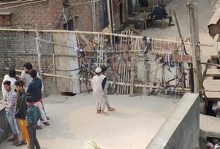 पूर्वी दिल्ली के खुरेजी में रहमानी मस्जिद के पास बाड़ लगाकर अपने इलाकों की रक्षा करते स्थानीय नागरिक