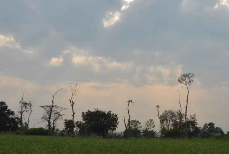 पूर्वांचल में एक बार फिर मौसम ने अचानक करवट लिया और कई जिलों में हल्की बूंदाबांदी हुई। शुक्रवार शाम करीब चार बजे से ही आसमान में बदल छाने लगे थे।
