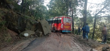 ज्वालाजी-खुंडियां मार्ग पर चट्टान गिरने से घंटों लगा जाम: