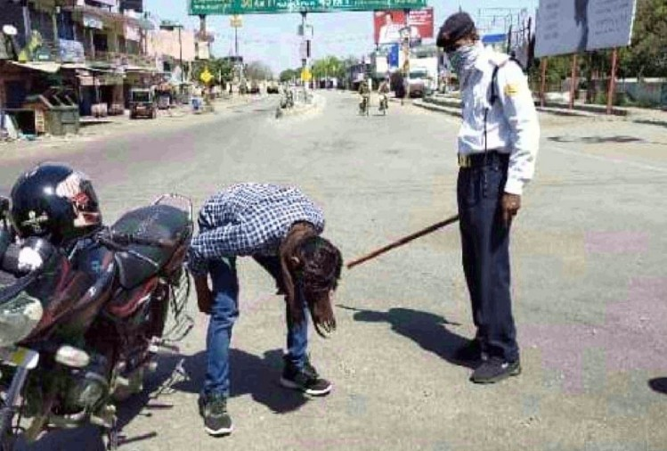 लॉकडाउन तोड़कर सड़कों पर घूमने वालों के खिलाफ उत्तर प्रदेश पुलिस ने सख्त रुख अख्तियार किया है। नगर कोतवाली पुलिस ने बुधवार को पांच मुकदमे दर्ज किए हैं। इसमें से 36 लोगों को गिरफ्तार किया गया है।