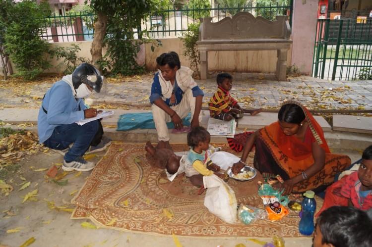 लॉकडाउन के दौरान वाराणसी में फंसे दूसरे राज्यों के परिवारों के साथ बच्चे भी शामिल हैं। बिहार के रहने वाले बोधी लाल, उनकी पत्नी गीता और 5 बच्चे घर नहीं जा पाये।