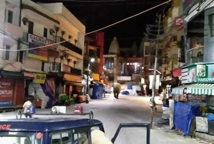 हरिद्वार में लॉकडाउन की वजह से जनता घरों पर है। लेकिन गजराज मदमस्त सड़कों पर घूम रहे हैं।