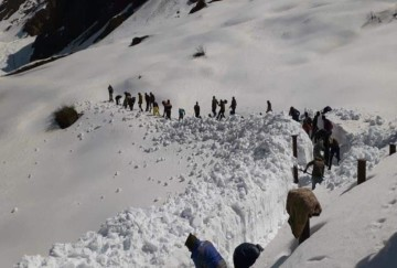 Snow Big Mountain cutting work Continue in Kedarnath dham Before Yatra Starts, see visuals