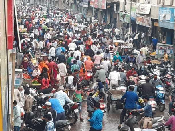 लॉकडाउन के तीसरे दिन मथुरा में सुबह 4 घंटे के लिए खुले बाजार में भीड़ उमड़ पड़ी। सोशल डिस्टेंस बनाने में प्रशासन फेल साबित हुआ।