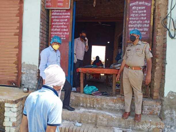 मथुरा जनपद में बुधवार से राशन वितरण शुरू हो गया सामाजिक दूरी का पालन करते हुए लाभार्थियों की कतार लगवाई गई इस दौरान पुलिस मौजूद रही